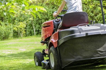 mowing-the-grass-1438159_640